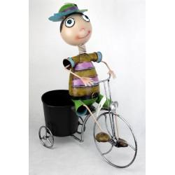 Macetero negro. Niño bicicleta