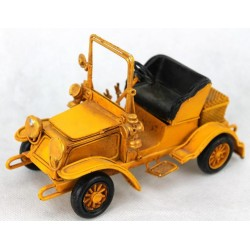 Coche antiguo amarillo